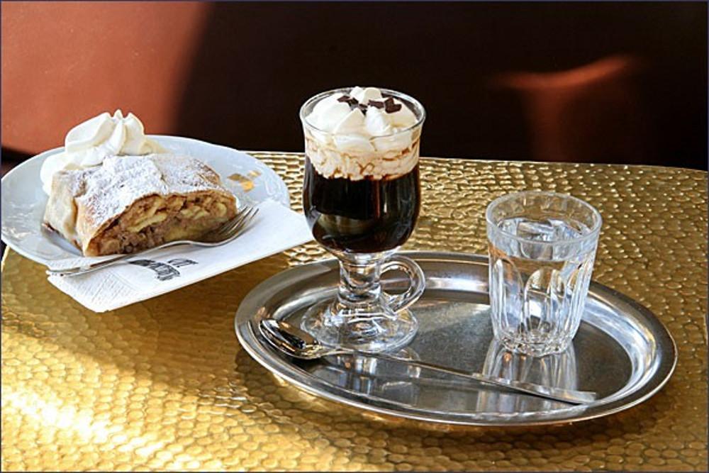 Cafe Schwarzenberg Kaffeespezialität Apfelstrudel (c) GMS GOURMET