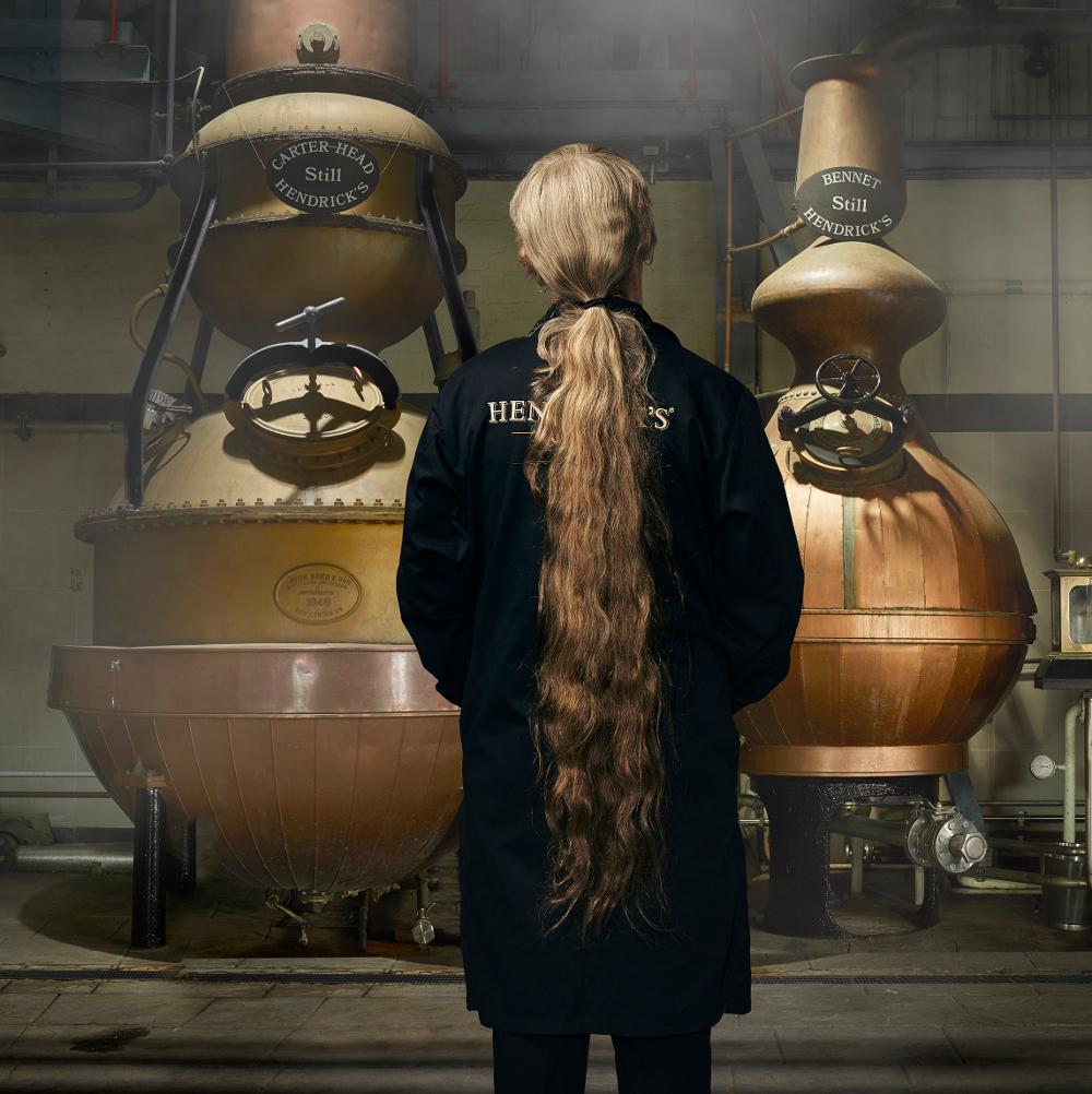 Lesley in der Destillerie (c) Hendrick's
