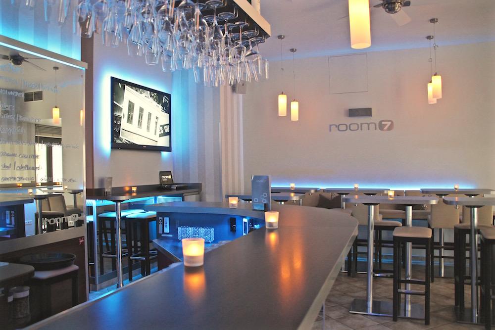 room7 Bar Tische (c) STADTBEKANNT